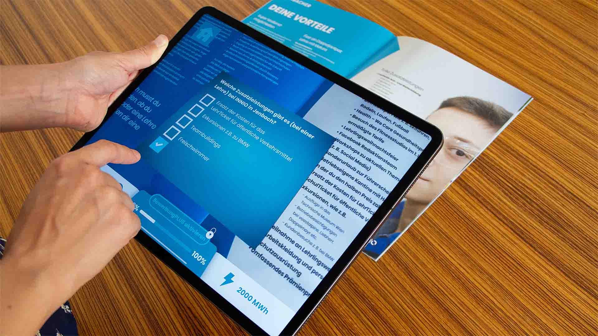 """Die Augmented Reality App """"Lehre bei Innio"""" erweitert den gedruckten Lehrlingsfolder mit virtuellen Inhalten, die nach und nach freigeschaltet werden."""
