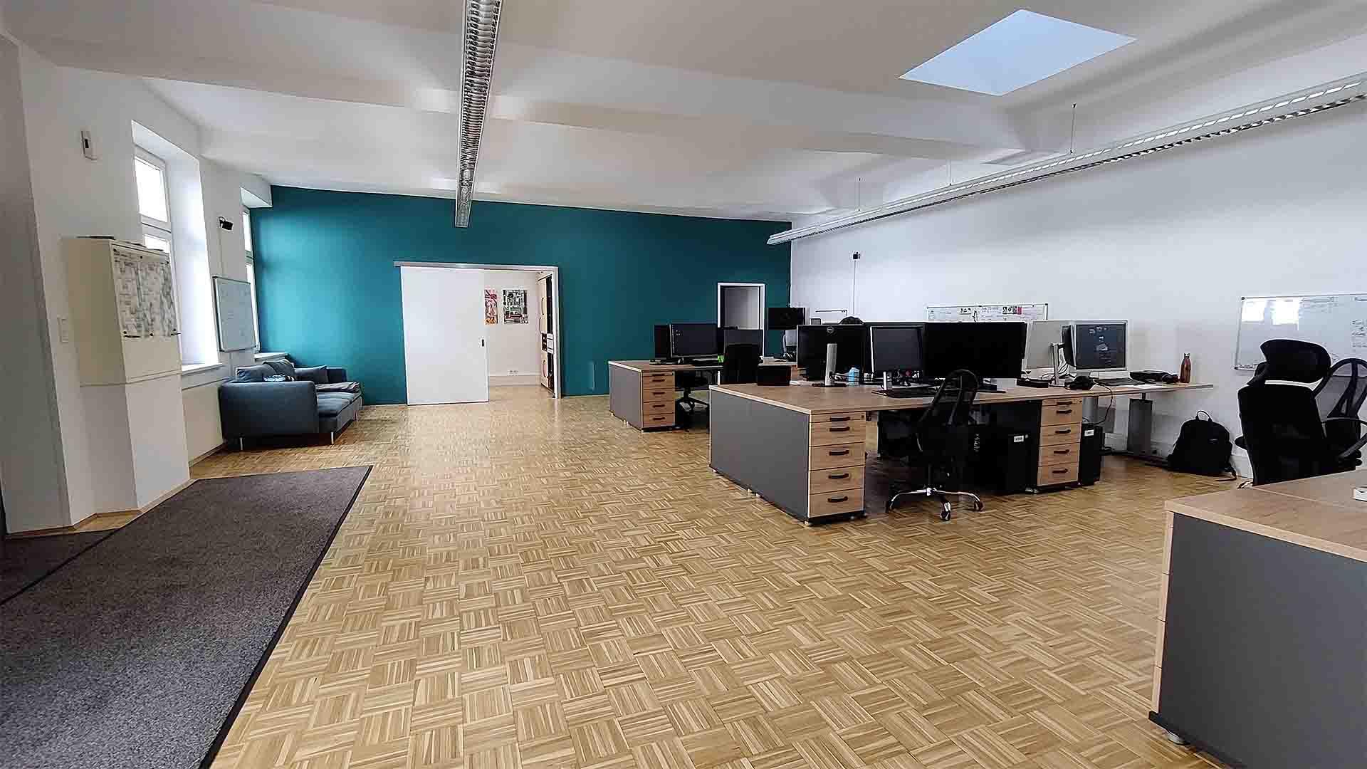 Mediasquad Büro Schreibtische mit PCs