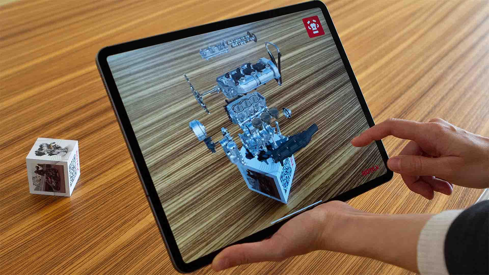 """Die """"ROTAX 100+"""" Augmented Reality App nutzt einen realen 6-seitigen Würfel und zeigt für jede Seite digitale, interaktive Inhalte."""
